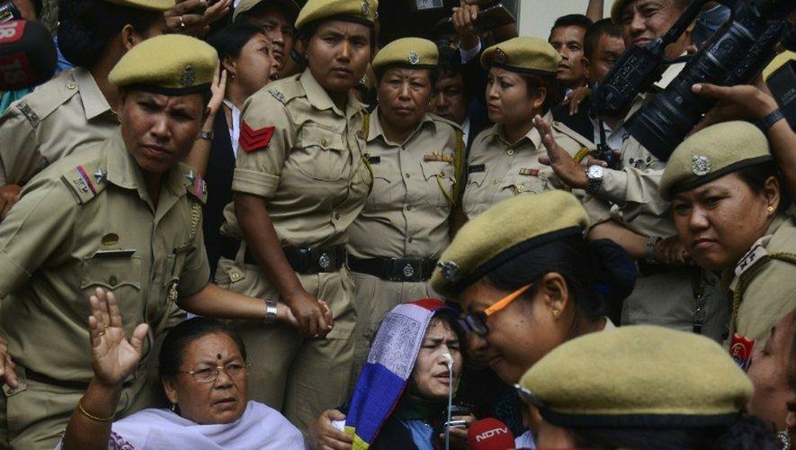 La militante indienne des Droits de l'Homme Irom Sharmila (C) s'adresse aux médias à Imphal le 9 août 2016