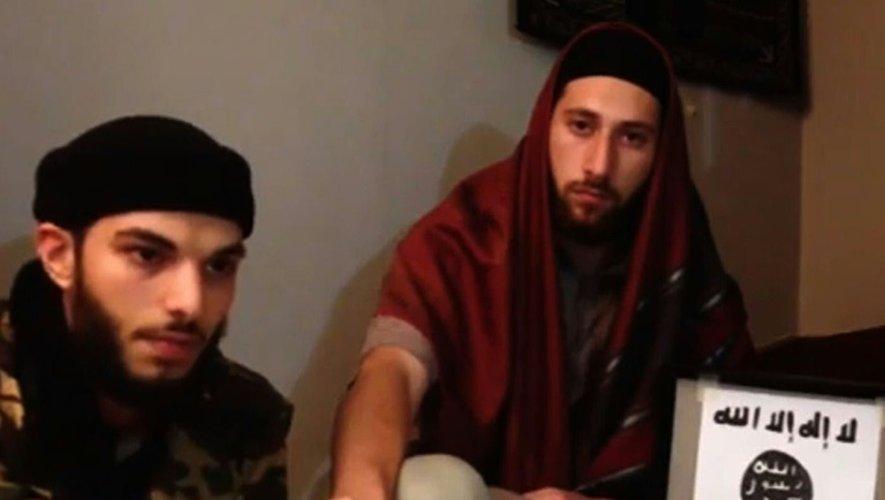"""Capture d'écran d'une vidéo diffusée le 27 juillet 2016 par l'EI dans laquelle deux hommes présentés comme les auteurs de l'attaque de Saint-Étienne-du-Rouvray, """"Abou Jalil al-Hanafi""""(g) et """"Abou Omar"""" (d), prêtent allégeance au chef de l'EI"""