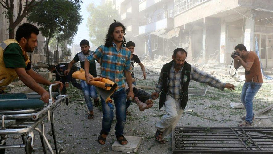 Une personne blessée dans des raids aériens est évacuée le 16 juillet 2016 à Alep