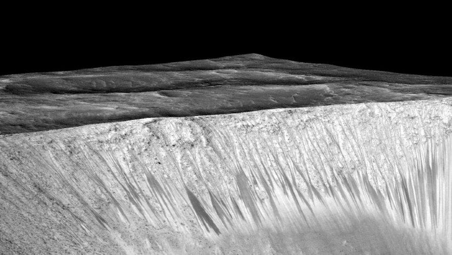 Image fournie par la NASA le 27 septembre 2015, montrant des écoulements émanant des parois du cratère Garni sur Mars