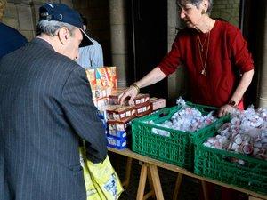 Au coeur de l'été à Paris, une aide alimentaire pour les plus démunis