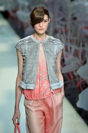 Un modèle de sa ligne de prêt-à-porter féminin pour l'été prochain est présenté le 28 septembre 2015 à Milan