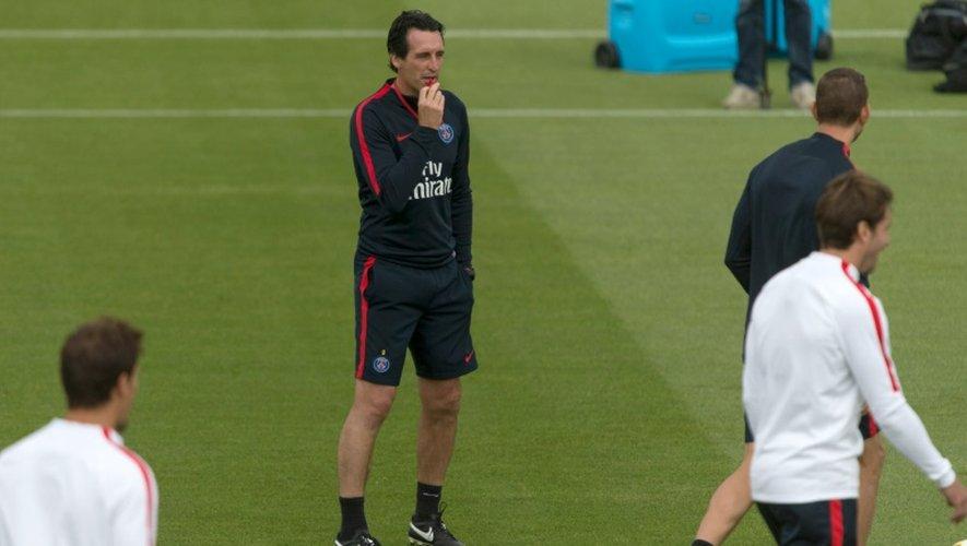 L'entraîneur du PSG, l'Espagnol Unai Emery (c), lors d'une séance d'entraînement au Camp des Loges, le 11 août 2016
