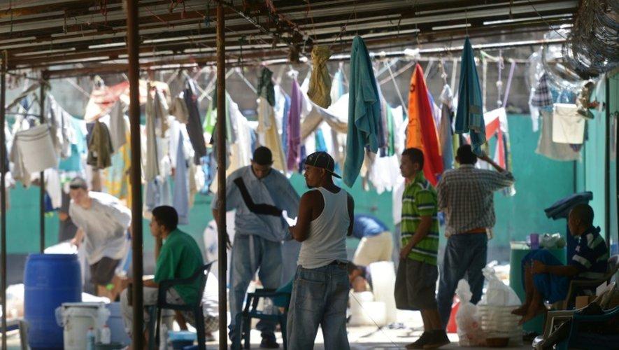 Des anciens membres du gang M-S13 font une pause durant leurs cours pour apprendre les métiers de la charpenterie, boulangerie, pêche et cuisine dans la prison Apanteos à Santa Ana à l'ouest du San Salvador, le 15 juillet 2016