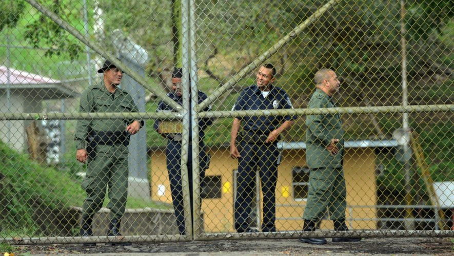 Des policiers et des surveillants montent la garde dans la prison de Renacer où est notament interné l'ancien dictateur panaméen Manuel Noriega, au sud-est de la ville de Panama, le 8 décembre 2011