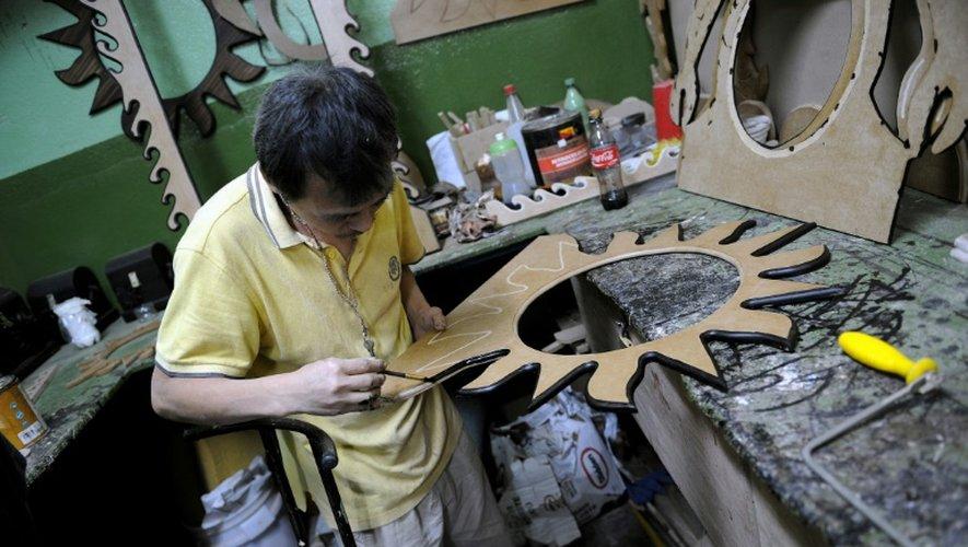 Un détenu travaille dans la prison de San Sebastian où sont notamment installés des ateliers informatiques en plus du collège et du lycée destinés à la réinsersion des prisonniers, à San Jose au Costa Rica le 27 août 2009