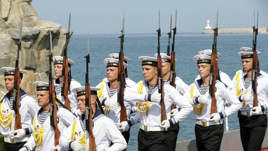 Des fusiliers marins russes défilent à Sébastopol, en Crimée, le 31 juillet 2016