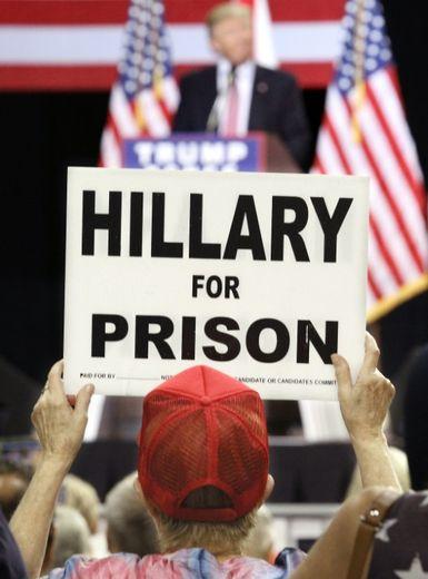 """""""Hillary en prison"""" proclame la pancarte d'un militant républicain lors d'un meeting de campagne de Donal Trump, le 11 août 2016 à Kissimmee, en Floride"""