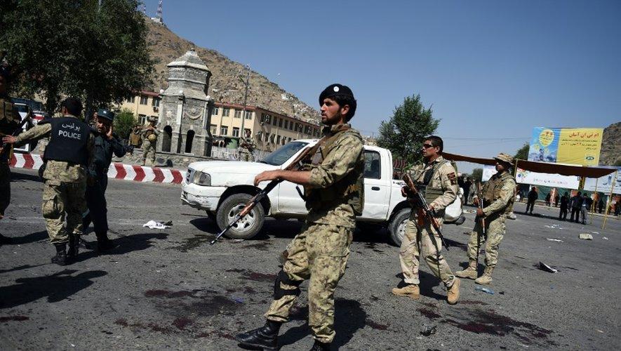 Les forces de l'ordre afghanes sur le site d'un attentat anti-chiites revendiqué par le groupe Etat islamique à Kaboul le 23 juillet 2016