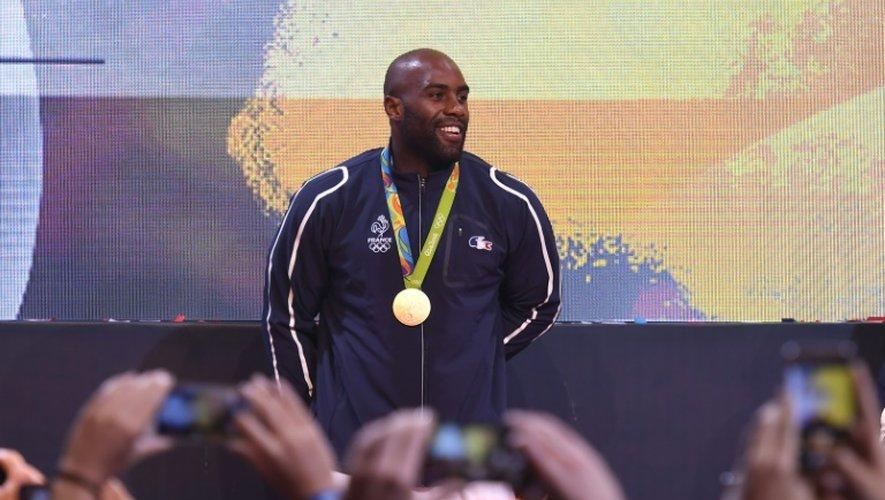 Teddy Riner champion olympique de judo pose devant les photographes après sa victoire, le 12 août 2016 à Rio