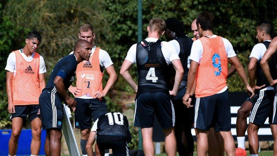 Le technicien Franck Passi (2g) lors d'une séance d'entraînement avec les joueurs de Marseille au centre Robert Louis-Dreyfus, le 9 août 2016