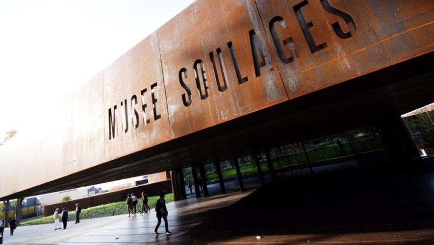 Avec 350 000 visiteurs, la fréquentation du site ruthénois pulvérise toutes les attentes. Le musée Soulages se hisse ainsi parmi les plus grands musées de province en terme de fréquentation. Il est le 3e musée le plus visité hors Paris et le premier en Midi-Pyrénées.