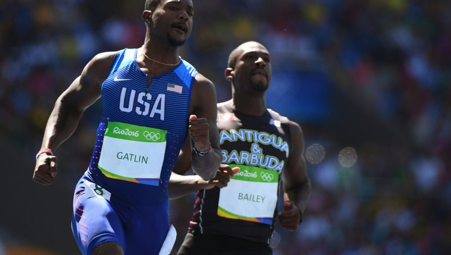 L'Américain Justin Gatlin (g) à l'issue de sa série du 100 m, aux JO de Rio le 13 août 2016