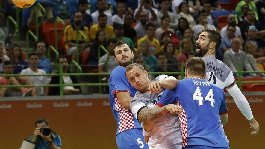 L'ailier des Experts français Valentin Porte pris en tenaille par la défense croate aux Jeux de Rio, le 13 août 2016