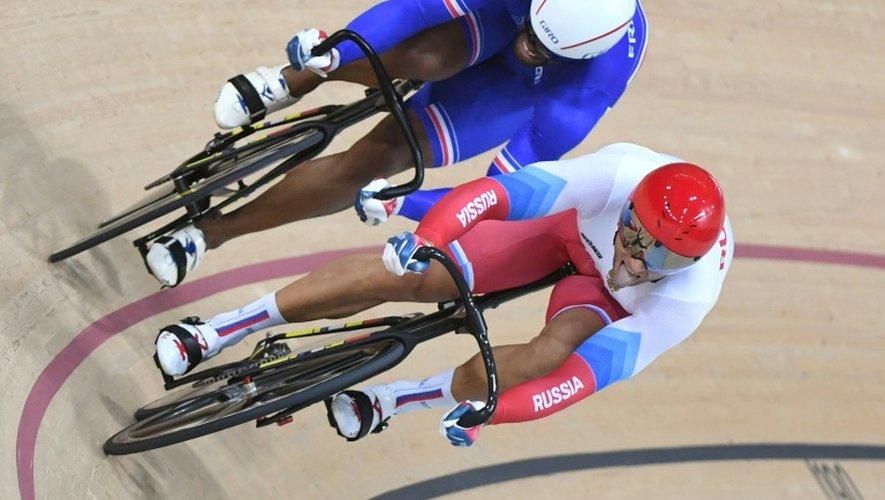 Le pistard français Grégory Baugé devancé par le Russe Denis Dmitriev en quarts de finale aux Jeux de Rio, le 13 août 2016