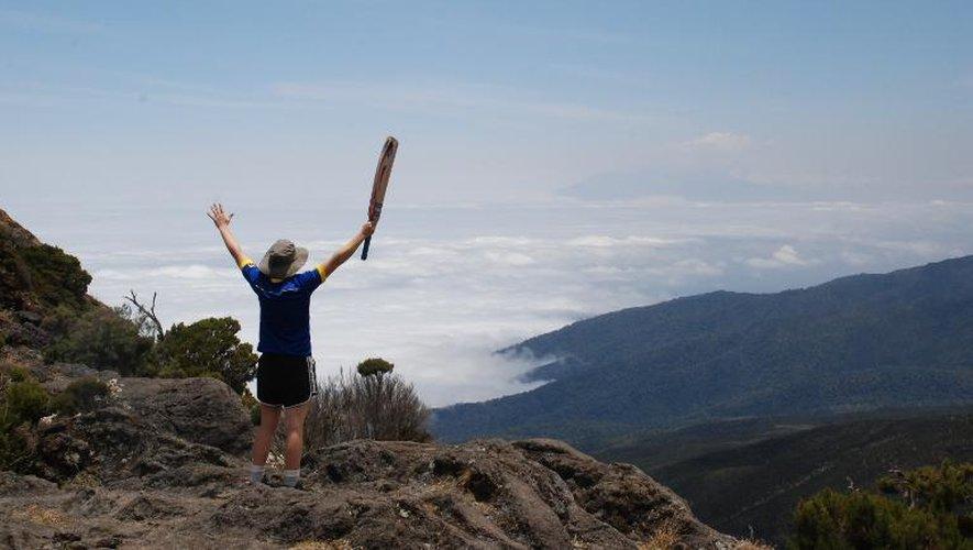 La joueuse de cricket de l'équipe nationale d'Angleterre Heather Knight au 2e jour de l'ascension du Kilimanjaro, en Tanzanie, le 21 septembre 2014