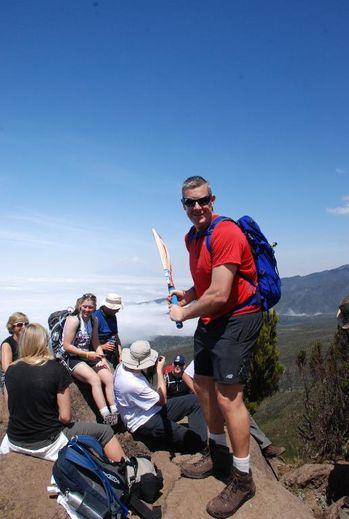 La légende anglaise du cricket Ashley Giles, capitaine de l'une des deux équipes composées à la fois de joueurs professionnels et amateurs, le 21 septebmre 2014, au 2e jour de leur ascension du Kilimanjaro, en Tanzanie