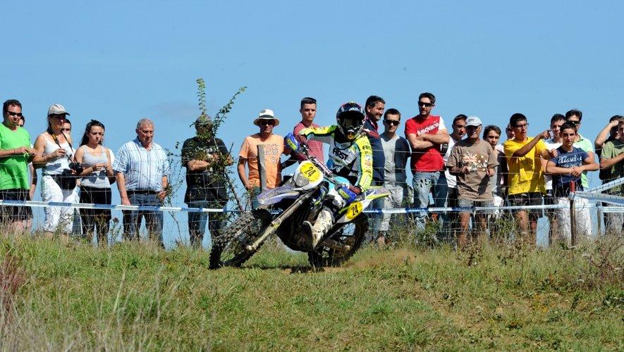 Motards, équipes techniques et familles composent cette cohorte de passionnés de moto.