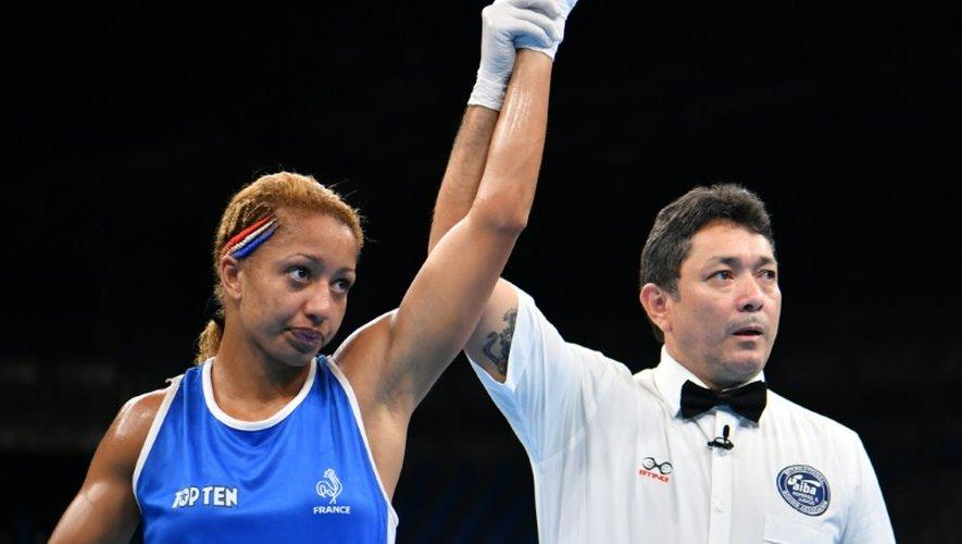 La Française Estelle Mossely (d) victorieuse de sa demi-finale en moins de 60 kg, aux JO de Rio le 17 août 2016