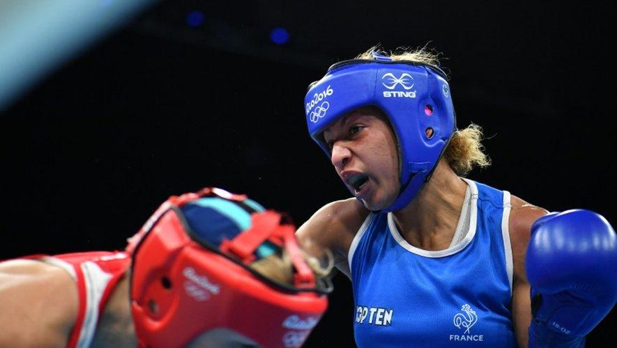 La Française Estelle Mossely (d) lors de sa demi-finale en moins de 60 kg, aux JO de Rio le 17 août 2016
