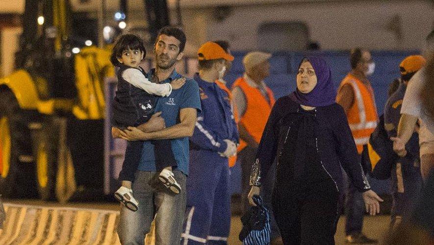 Des réfugiés, secourus au large de Chypre, débarquent au port de Limassol, le 25 septembre 2014
