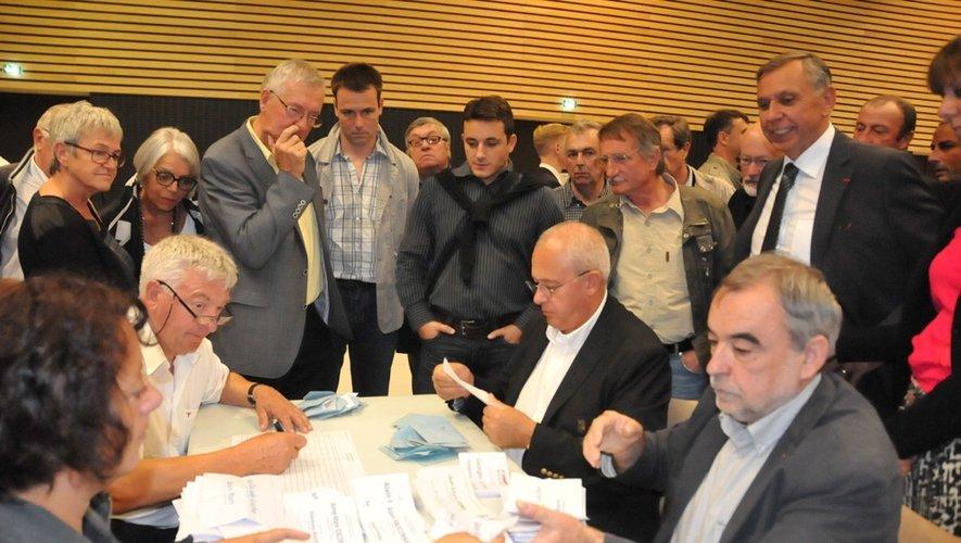 Jean-Claude Luche peut sourire: il est convaincu d'être élu au fil des bulletins dépouillés en fin de matinée à la salle des fêtes de Rodez