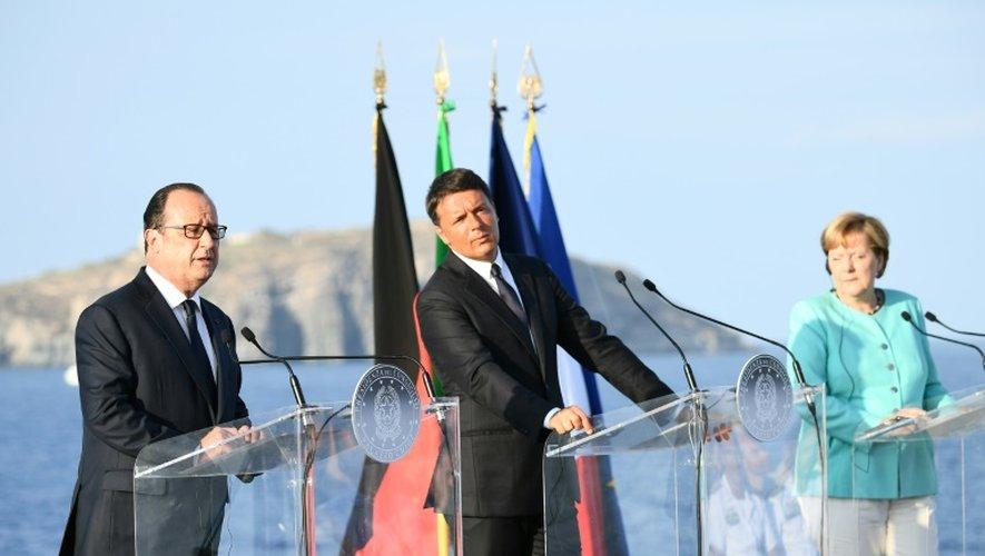 Le président français François Hollande, le Premier ministre italien Matteo Renzi et la chancelière allemande Angela Merkel lors d'une conférence de presse sur l'île italienne de Ventotene, le 22 août 2016