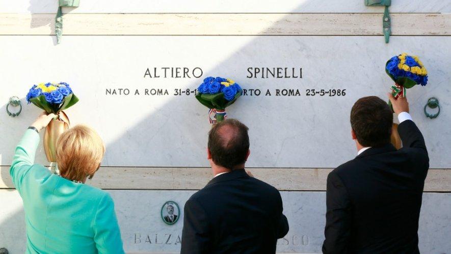 Angela Merkel, François Hollande et  Matteo Renzi rendent hommage à Altiero Spinelli,auteur d'un plaidoyer fédéral pour l'Europe, le 22 août 2016 sur l'île italienne de Ventotene