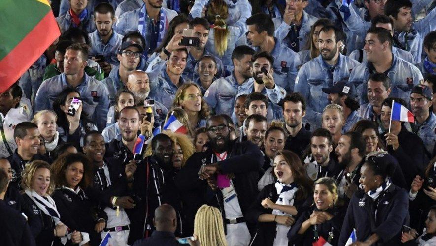 Teddy Riner (C) avec la délégation française, pendant la cérémonie de clôture des Jeux Olympiques, le 21 août 2016, au stade Maracana de de Rio de Janeiro