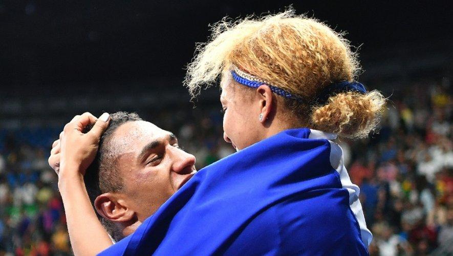 Les boxeurs Tony Victor James Yoka (G) Estelle Mossely (D), couple à la ville tous deux et tous les deux médaillés d'or dans leurs catégories, après la victoire de Tony Yoka, dernière médaille française, le 21 août 2016 à Rio de Janeiro
