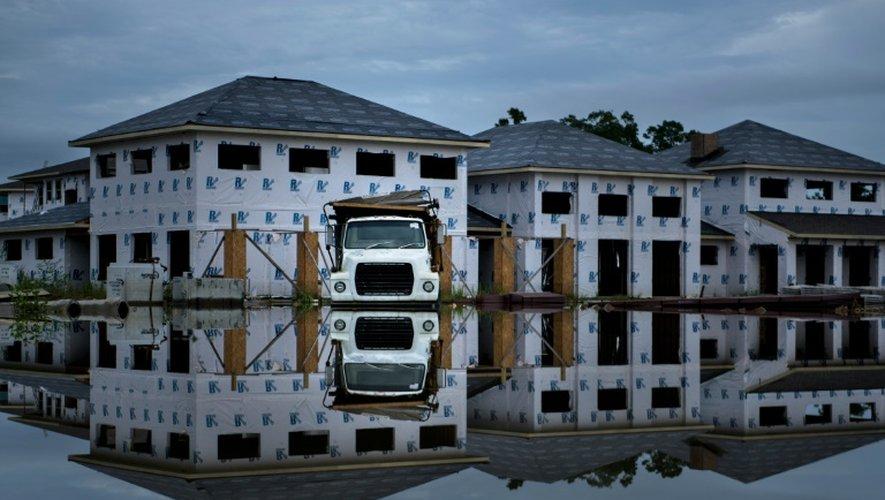 Un camion échoué sur un chantier de construction inondé, le 16 août 2016 à Prairieville, en Louisiane