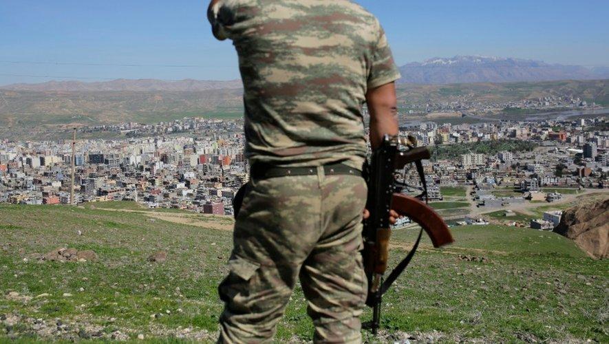 Un soldat turc après de violents combats avec des combattants kurdes à Cizre, dans le sud-est de la Turquie, le 2 mars 2016