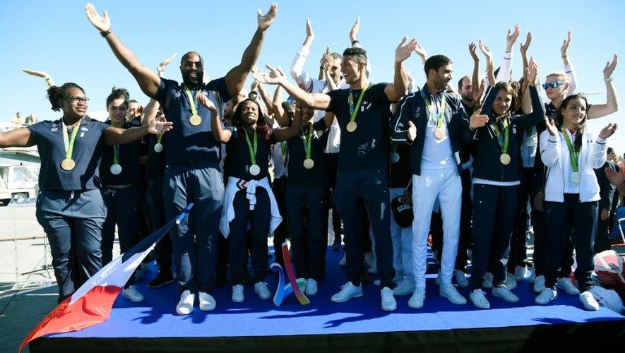 """Des médaillés français des Jeux de Rio lancent un """"clapping"""" sur le tarmac de l'aéroport Charles de Gaulle à Roissy le 23 août 2016"""