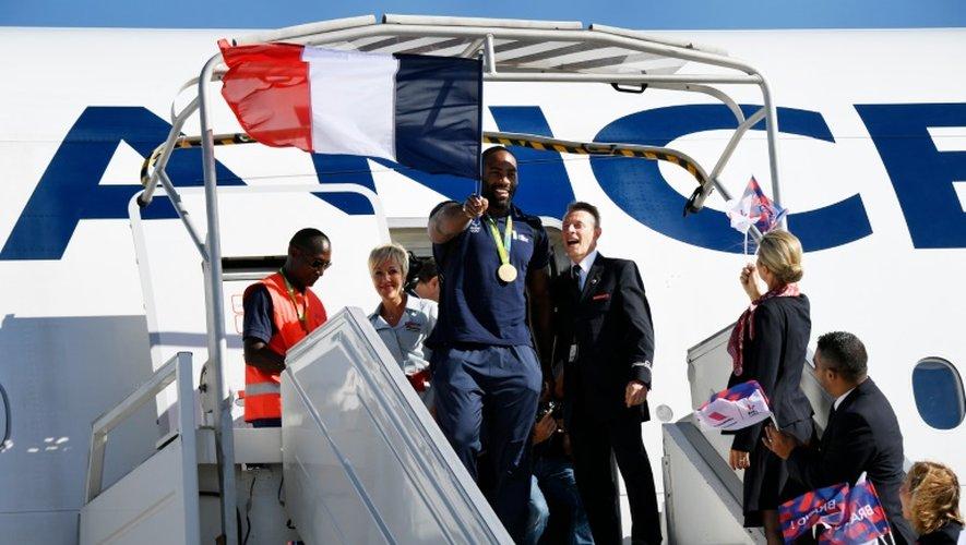 Le judoka champion olympique Teddy Riner à sa descente de l'avion en provenance de Rio à l'aéroport Charles de Gaulle le 23 août 2016