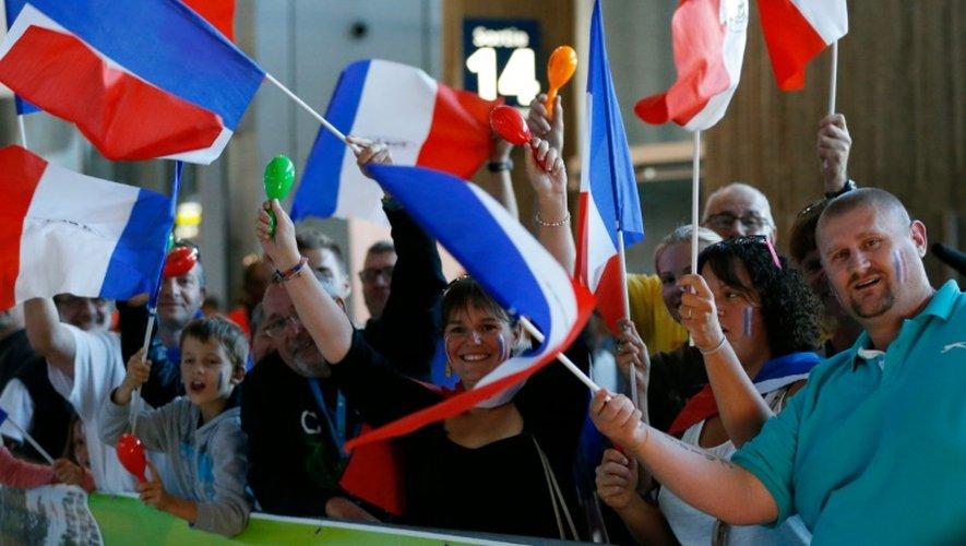 Des supporters français attendent les athlètes de retour de Rio le 23 août 2016 à l'aéroport Charles de Gaulle à Roissy