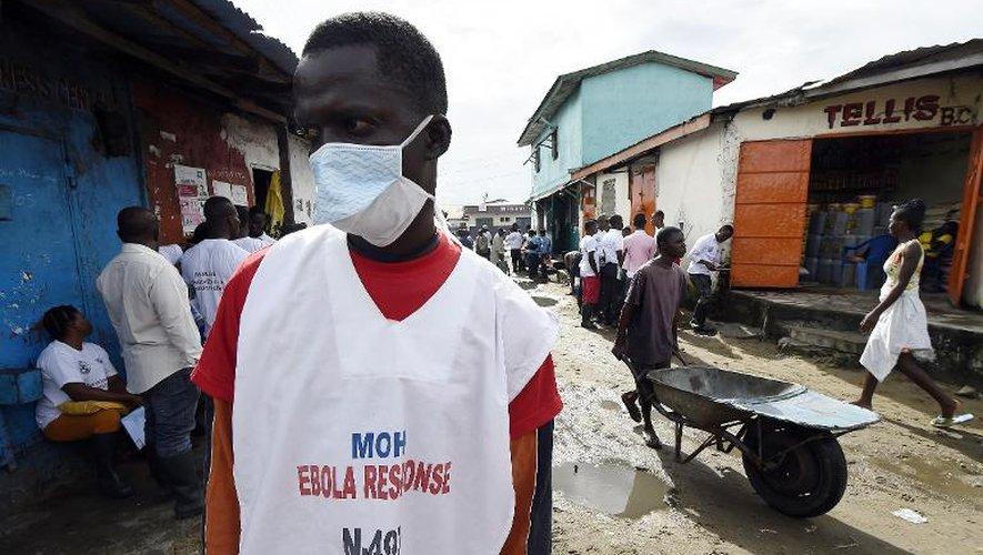 Un employé du ministère de la Santé à Monrovia, le 2 octobre 2014