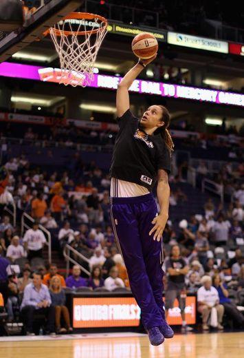 La pivot américaine Brittney Griner, sous le maillot de Phoenix Mercury, s'échauffe avant d'affronter Chicago Sky en finale WNBA, le 9 septembre 2014 à Phoenix