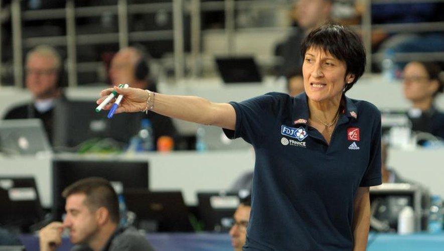 Valérie Garnier, la sélectionneuse de l'équipe de France replace ses joueuses face au Brésil, le 1er octobre 2014 à l'Ankara Arena
