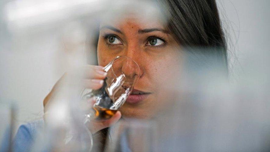 Une cliente lors d'une dégustation de rhum à la distillerie Santa Teresa de La Victoria, dans l'Etat d'Aragua, au Venezuela, le 23 septembre 2014