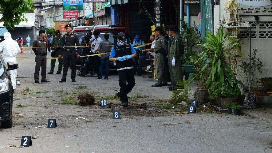 Enquêteurs sur le lieu de l'explosion d'une bombe le 12 août 2016 à Huan Hin en Thaïlande