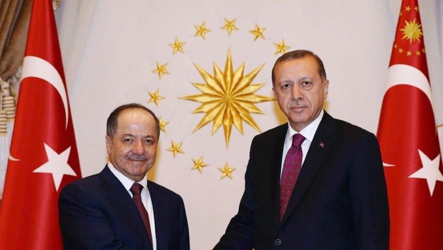 Photo fournie par le service de presse de la présidence le 23 août 2016 montrant le président turc Recep Tayyip Erdogan (d) et le président du gouvernement régional du Kurdistan irakien Massoud Barzani à Ankara