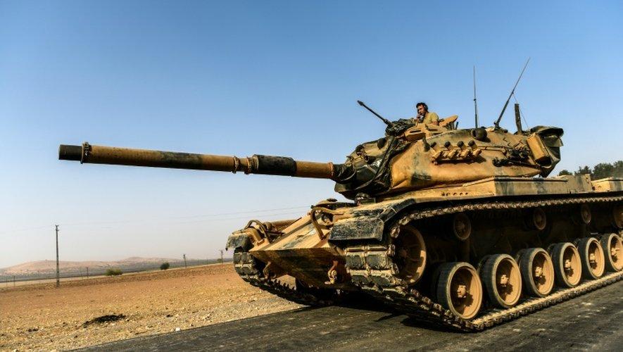 Un char turc se dirige vers la Syrie à la ville frontière de Karkamis le 24 août 2016