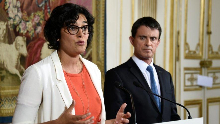 Le Premier ministre Manuel Valls écoute la ministre du travail Myriam El Khomri commenter les négociations avec les syndicats, le 29 juin 2016