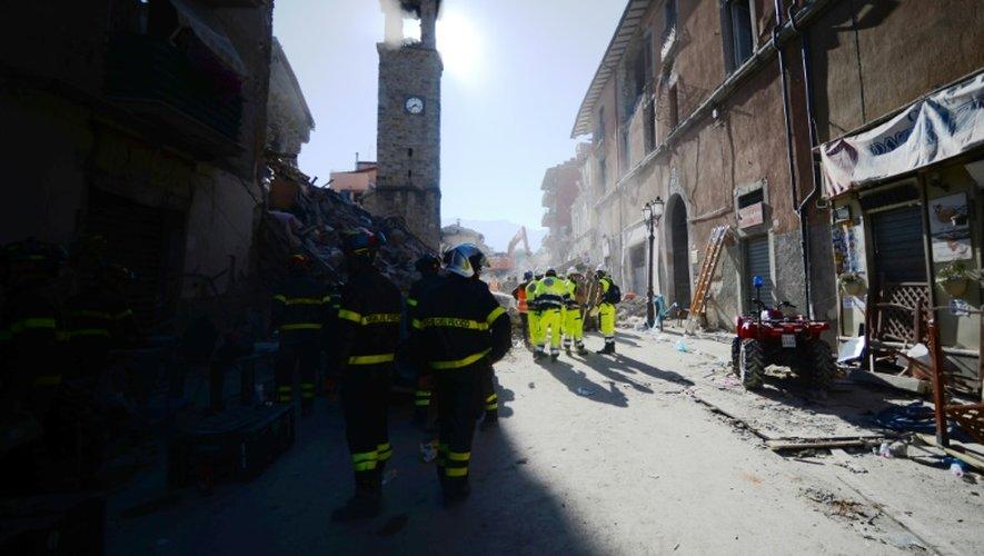 Les recherches dans les décombres se poursuivent à Amatrice, dans le centre de l'Italie, le 25 août 2016 au lendemain d'un séisme meurtrier