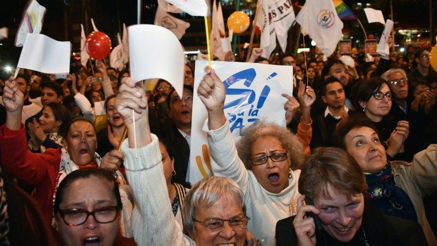 Des Colombiens célèbrent la signature d'un accord de paix entre le gouvernement et les Farc, à Bogota, le 24 août 2016