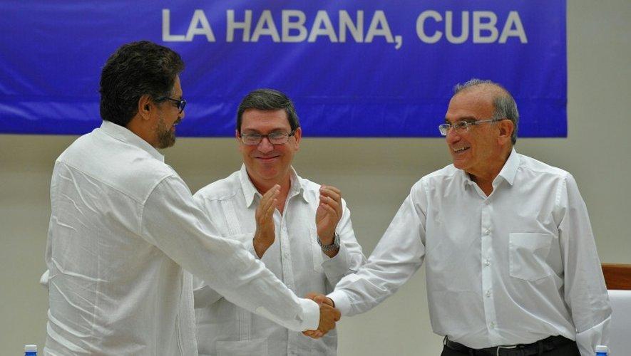 Le chef de la délégation du gouvernement colombien Humberto de la Calle (à d.) et le commandant Farc Ivan Marquez (à g.) après la signature d'un accord de paix, le 24 août 2016 à La Havane