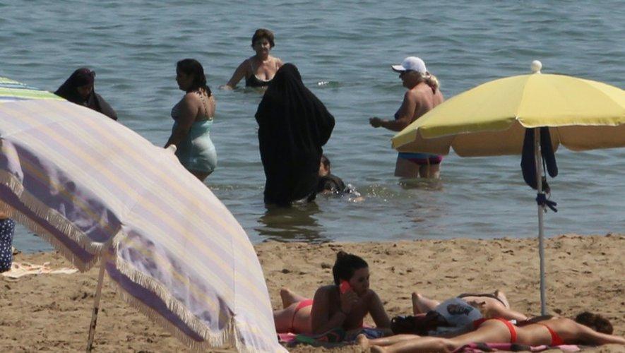 Des femmes en tchador sur une plage de Narbonne le 4 juin 2015