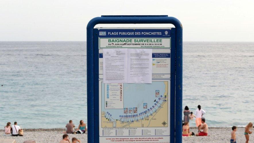 Photo prise le 19 août d'un panneau montrant l'arrêté interdisant le burkini à la plage des Ponchettes à Nice