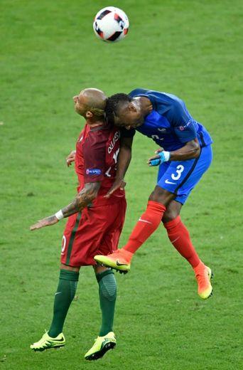 Le latéral gauche des Bleus Patrice Evra au marquage du Portugais Ricardo Quaresma en finale de l'Euro, le 10 juillet 2016