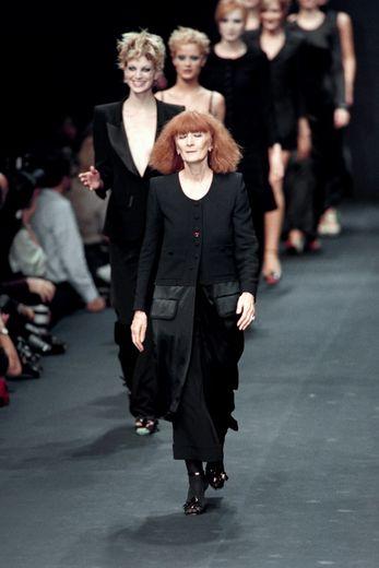 La couturière Sonia Rykiel avec ses mannequins à l'issue d'un défilé de mode à Paris, le 15 octobre 1995